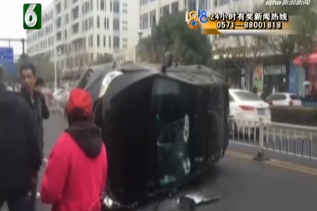 路人又踢又砸 救出被困司机