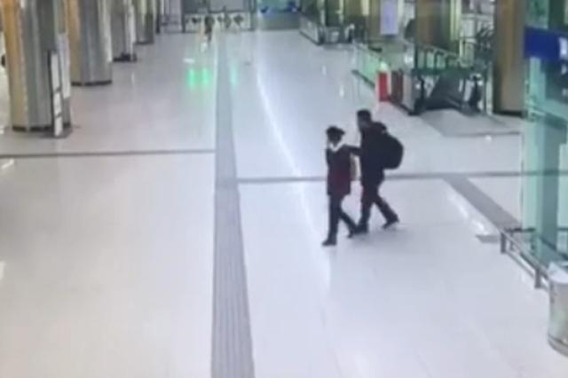 暖!地铁女站务员用身体当盲杖 为盲人引路