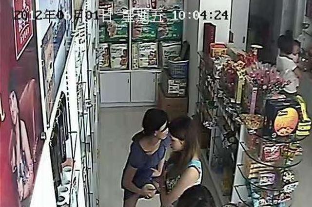 湖北三女子抱孩子作掩护 两天偷走超市上百罐奶粉