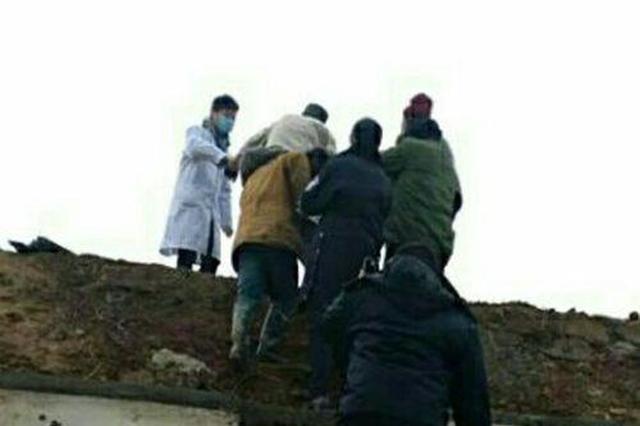 安陆八旬老汉失足坠桥骨折 村民和民警联手救援