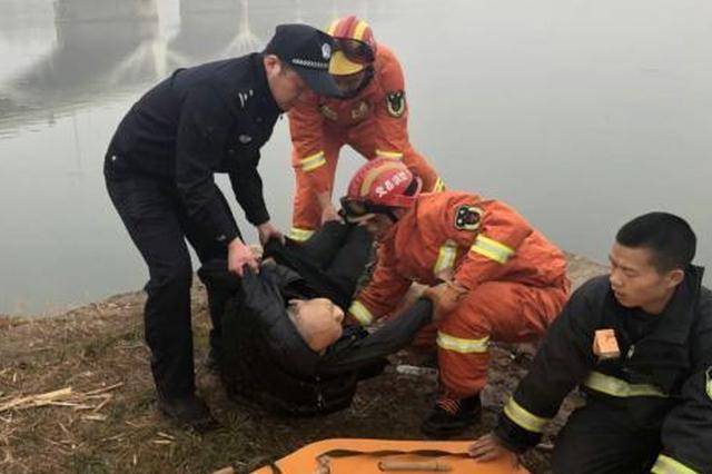 湖北一老人落水漂浮生死未知 警民联手成功施救