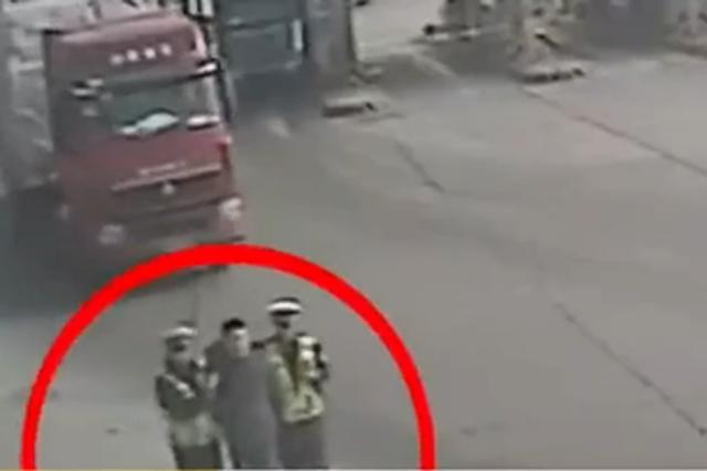 男子无证驾驶逃跑1公里累瘫 民警:我每天8公里