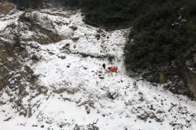 十堰男子雪天登山探险跌落悬崖 消防紧急救援
