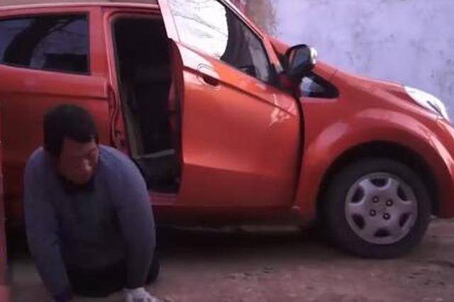 男子双腿残疾开出租车 自食其力养活94岁老母亲