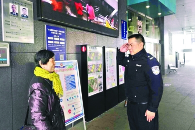 79岁母亲初一查岗45岁警察儿子:我就是来看看你