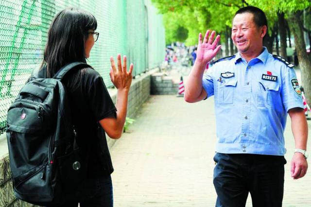 """武汉留校民族大学生:""""民警爸爸""""带来了温暖"""