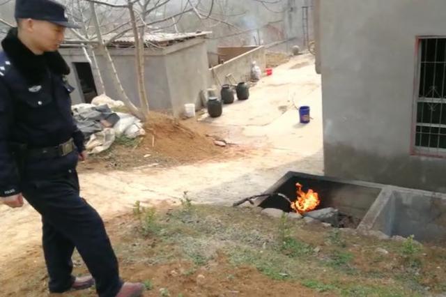 """居民家厨房液化气罐爆燃 民警拎起""""炸弹""""狂奔"""