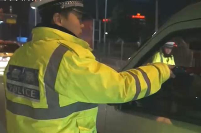 男子酒后驾车被查耍无赖 反问交警:啤酒算酒吗