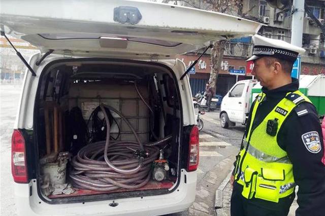 男子驾驶改装面包车运送燃料酒精 被交警查获