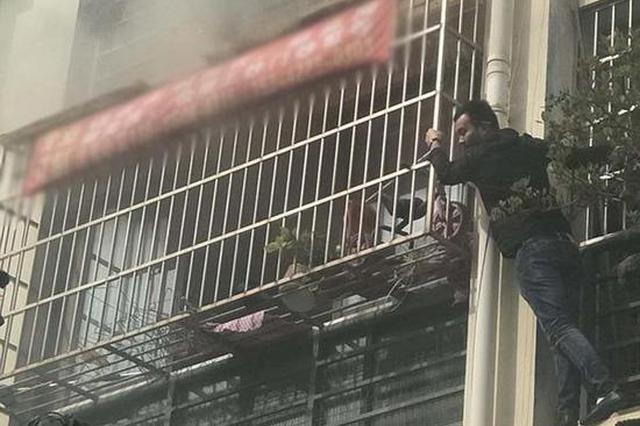 男童玩打火机点燃沙发 民警破窗入室救出被困母子