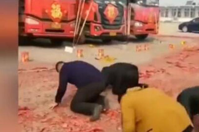 众人向卡车磕头放鞭炮求平安 引燃卡车损失惨重