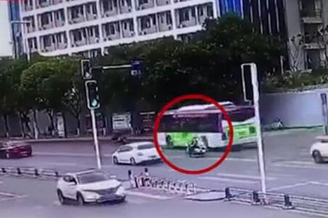 孕妇大出血交警开生命通道 18个街口全变绿灯送医院