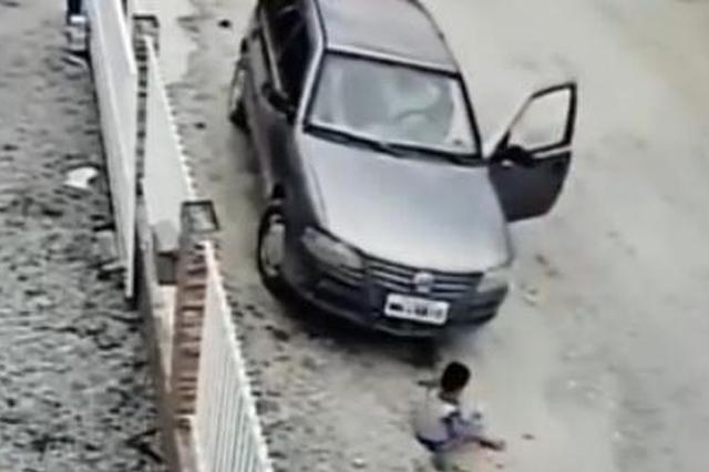 险!3岁男孩死里逃生 被车碾轧毫发无伤