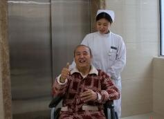 电梯突发事故乘客惊逃 武汉女护士留守只为这病人