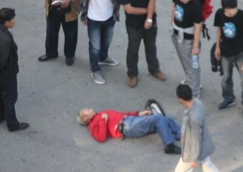 湖北谷城老人摔倒无人敢扶 民警路过将其扶起送回家