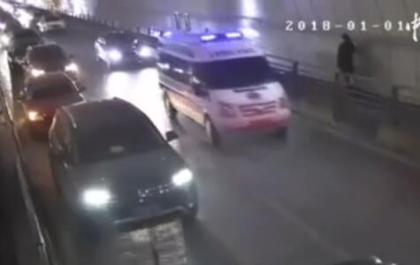 宜昌一救护车隧道被堵 百余车纷纷主动让行(视频)