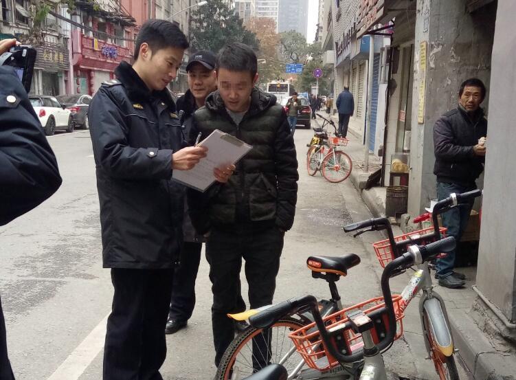 武汉城管对违停共享单车用户首开罚单 已处罚10人