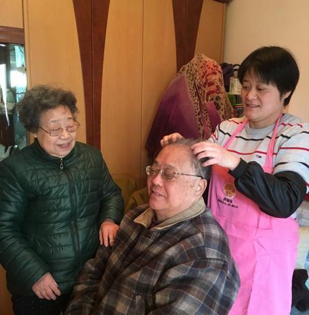 居家乐养老服务中心工作人员上门为老人服务