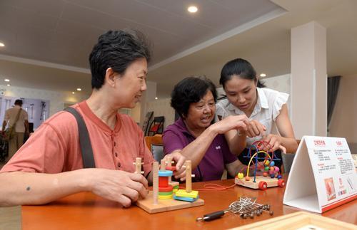 江西赣州市章贡区三康庙社区养老服务中心的老人们在休闲娱乐-彭昭之-摄