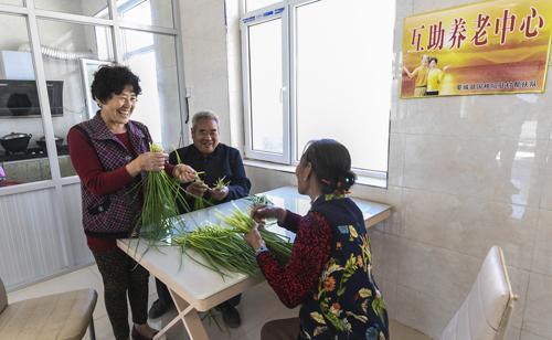 在河北阜城县南张庄村互助幸福院,老人们在餐厅择菜-李晓果-摄