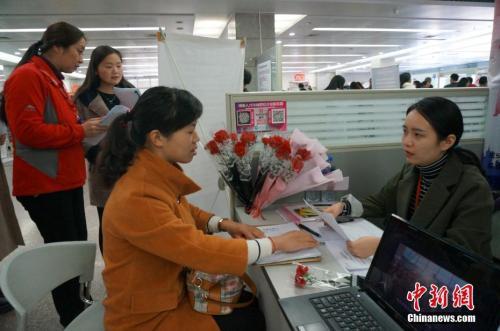 材料图:2017年3月8日,河南省人才市场举办第十五届女子专场雇用会。韩章云 摄