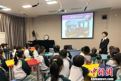 北京小学万年花城分校校医胡紫阳正在给二年级学生讲解生命教导课。汤琪 摄