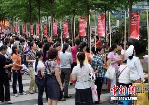 资料图:2011年5月8日母亲节,广西南宁市有关单位联合主办母亲专场招聘会。 黄艳梅 摄