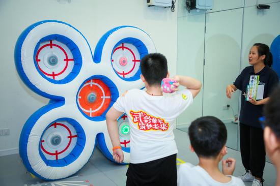 参营儿童积极参与趣味闯关运动会