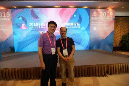 谭跃球(右),医学博士,中信湘雅生殖与遗传专科医院遗传中心主任,与祁鸣教授合影