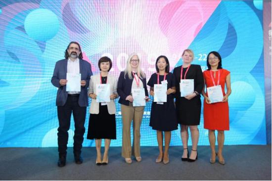 嘉宾合影,左起:Adam Resnick、张丹、Jessica Scott、王秋慧、Tiina Urv、杨佩蓉