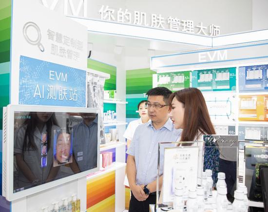 (国药控股国大复美有限公司总经理姚军先生体验高科技AI肌肤测试仪)