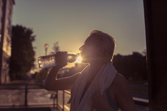 这样喝水也很伤肾
