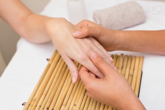 指甲表面有竖线三个原因