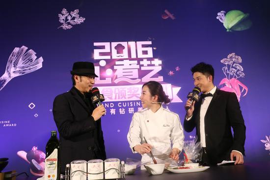 (从左至右:知名演员歌手&饭爷创始人林依轮、海归女星厨Tina、主持人贺毅)