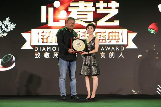 (从左至右:《舌尖上的中国》总导演陈晓卿,钻食颁奖盛典发起人李春晓)