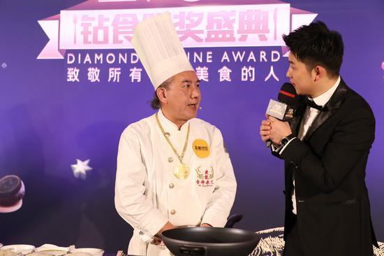 (从左至右:香港食神戴龙、主持人贺毅)