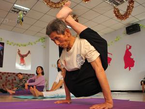 八旬老翁练成瑜伽达人