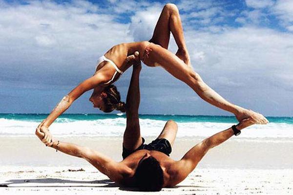 美女演绎高难度瑜伽