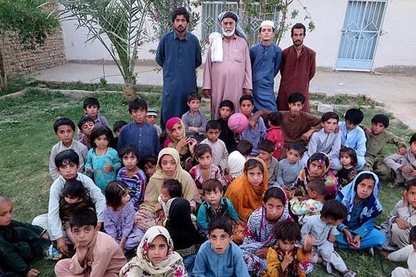 巴基斯坦老司机娶6妻育54子 12个孩子夭折