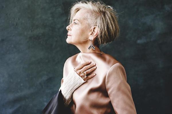 63岁教师装扮时髦 银发红唇自成风景被误认为模特