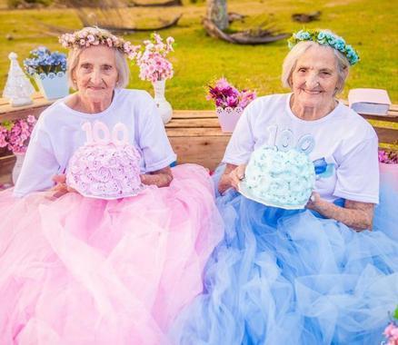 百岁双胞胎姐妹拍写真