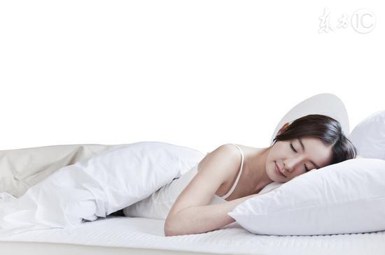 为何睡觉时腿突然一抖像踩空?