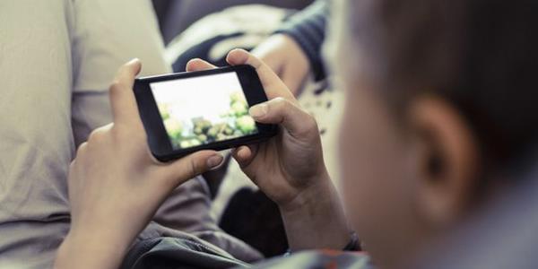 关灯玩手机易患多种眼疾|眼疾