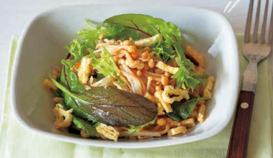 让油渍金针菇的调味汁遍沾到嫩叶蔬菜上
