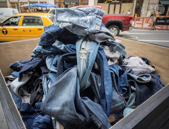 环保部排查洋垃圾 上半年查获数千包带菌旧服装