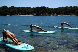 克罗地亚美女海上练习冲浪板瑜伽