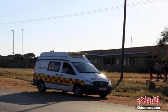 材料图:南非待命的救护车。 中新社记者 宋方灿 摄