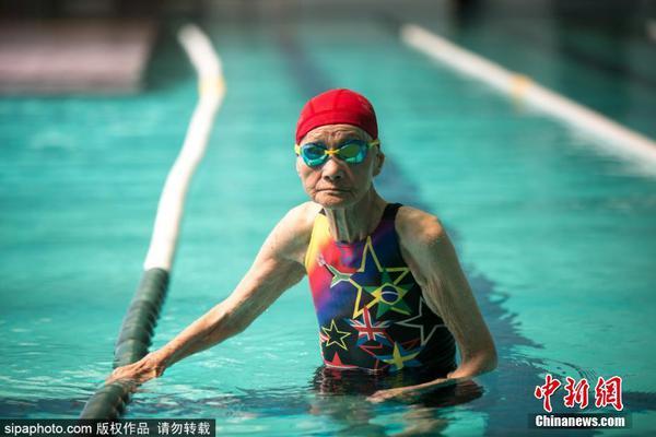 103岁老太游泳健身 曾打破吉尼斯纪录
