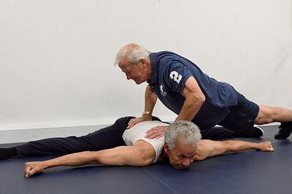 英国两高龄老者变身健身达人