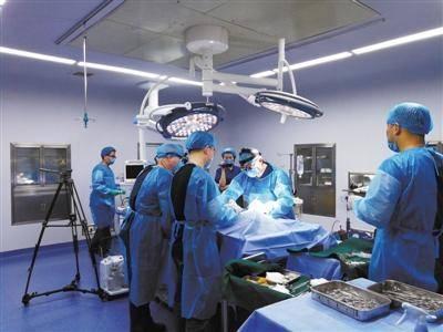 银丰研究院和齐鲁医院的专家正在为展文莲进行人体低温保存操作。 银丰研究院供图